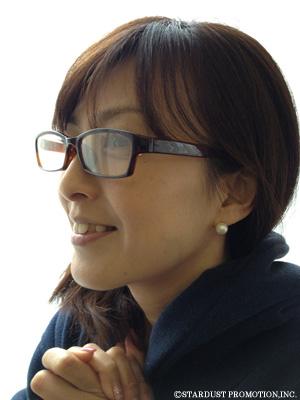 メガネ姿の森尾由美さん
